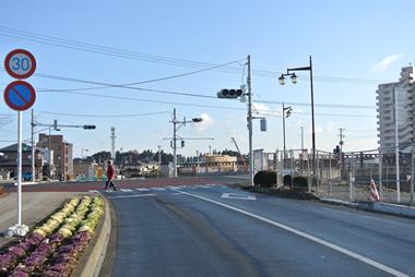 ②多賀城駅を出て左方向(北東)に向かい1つ目の信号・交差点(『八幡橋』の手前)を右折します。