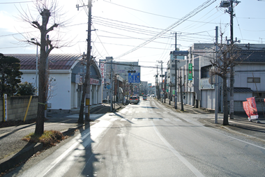 ③八幡橋を渡り1つ目の信号・交差点(左手に『創庫生活館』様)を左折します。
