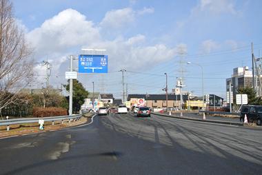 ②仙台東道路・仙台港北ICを降り、国道45号線に交差する信号・交差点を右折します。